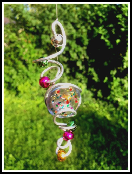 Make WIRE ART Easily with wire, marbles, beads or flat glass stones painted with nail polish. Fantastic gift idea. Suncatcher or Garden Wind Spinner. mybrightideasblog.com